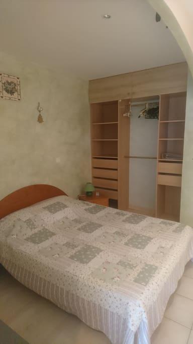 Le lit avec meuble de rangement
