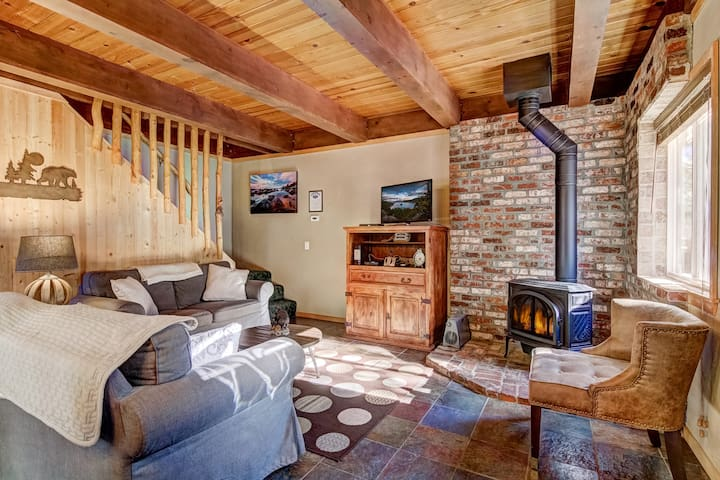 Beautiful 2BR/2BA + Loft Cabin w/ Deck & Hot Tub!