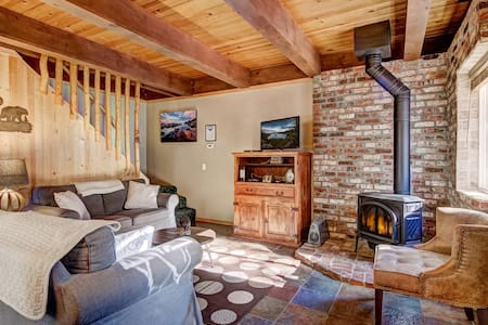 Beautiful 2BR/2BA + Loft Cabin w/ Hot Tub!
