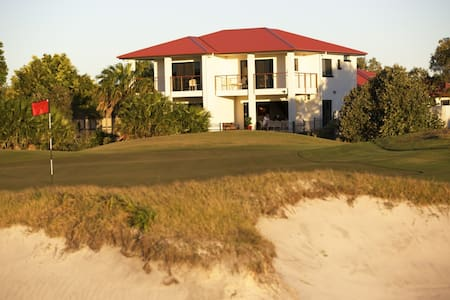 "The Golfers Lodge - ""The Front 9"" - Weekday Offer - Banksia Beach - Casa de camp"