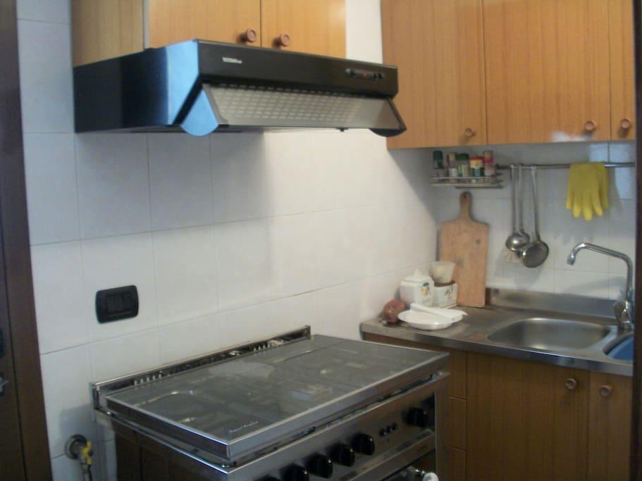 Piccola cucina ma funzionale.