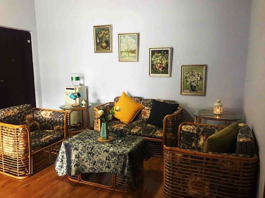 偏美式乡村风格的客厅,藤条沙发,搭配了舒适的靠垫抱枕。