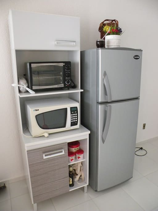 Horno eléctrico, horno microndas con grill y heladera con freezer