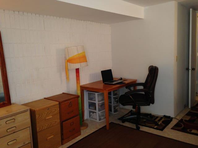 work/laptop area    (free wi/fi)