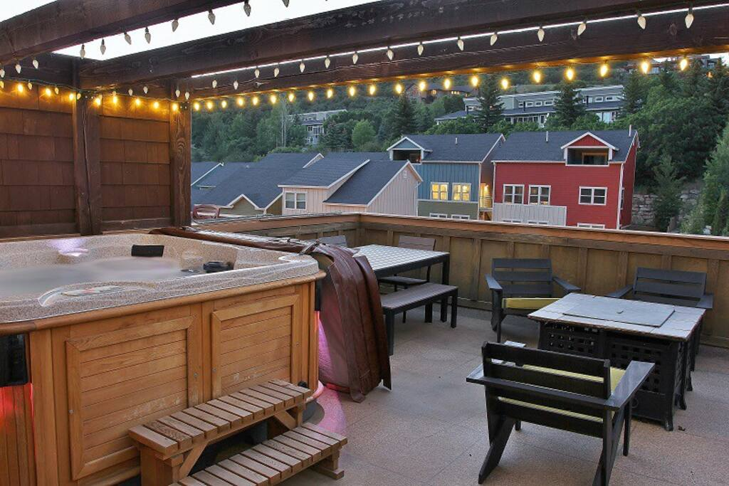 Rooftop deck with hot tub, fire pit, bbq grill, and patio table/chairs - Deer Valley Ultimate Loft