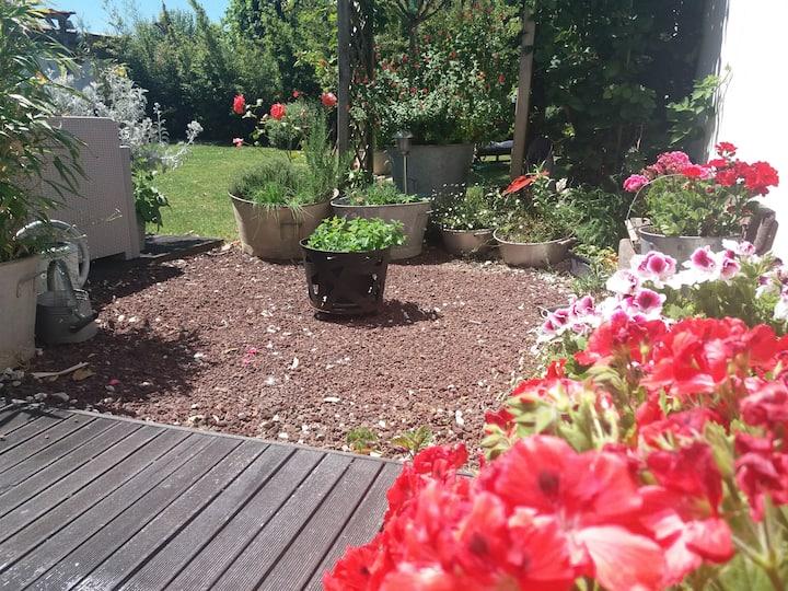 Logement tout confort avec son  jardin fleuri..