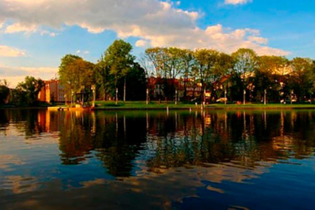 В вечерние часы верхнее озеро особенно очаровывает своим видом. Созданное более 800 лет назад оно до сих пор пленяет гостей Кёниксберга.