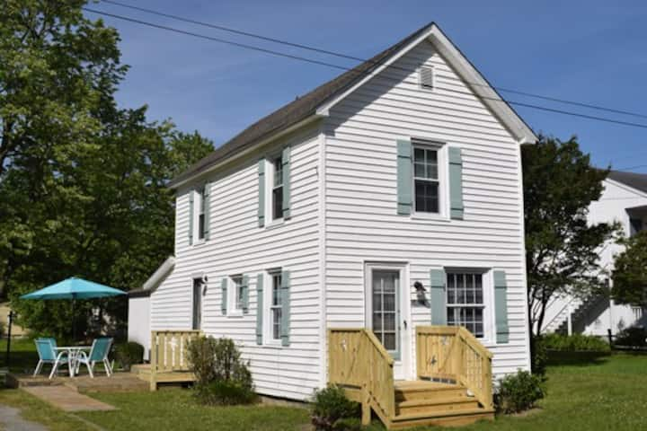 Summer Breeze-Updated Cottage close to town