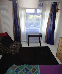 A piece of country in the city!  Room for 1 or 2 - Bristol - Bed & Breakfast
