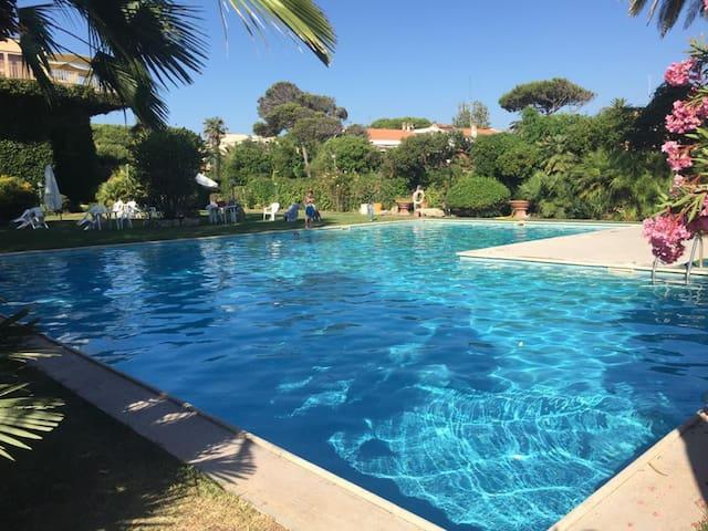 Appartamento vista mare con parco e piscina