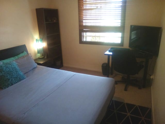 Queen room, Wifi, Own Entry + Outdoor Smoking Area