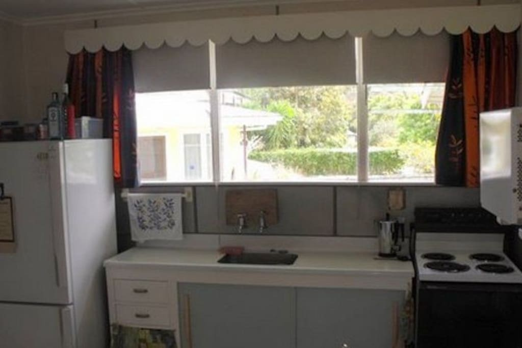 Full kitchen with fridge/freezer and full oven - Kiwi Classic, Matapouri Holiday Home