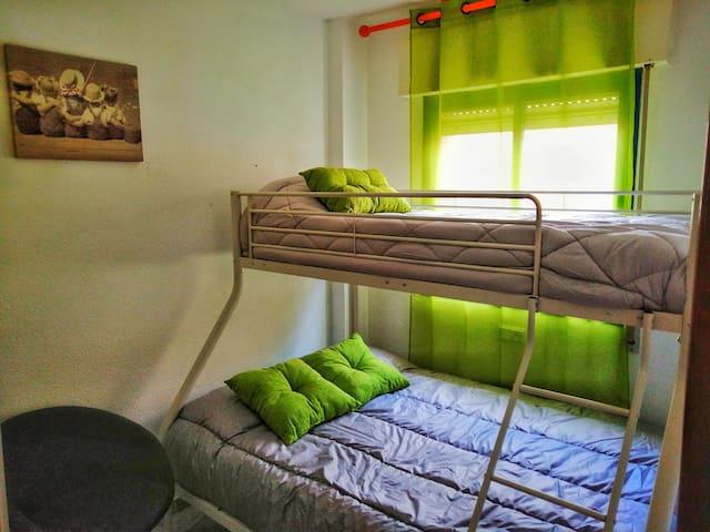 Habitación que dispone de Aire Acondicionado y litera de cama matrimonial abajo e individual arriba. Exterior a Avenida Portugal.