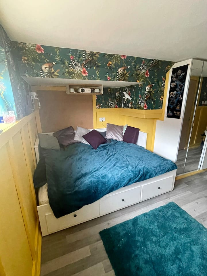 Self-contained flat close to Manchester w/ cinema!