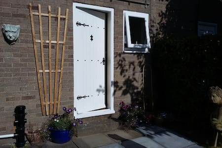 Heddon Hideaway (own f/door, en-suite)
