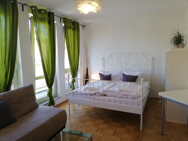 Flat for 5 persons in center of Berlin (5.2/6.2)