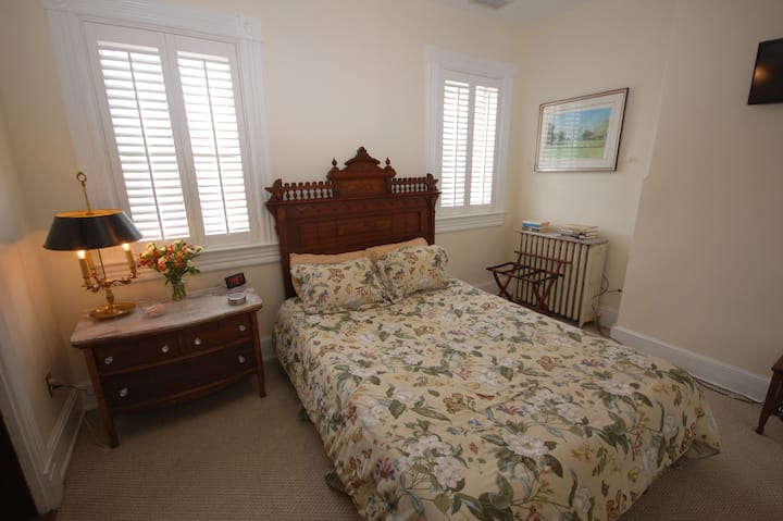 Hydeaway Bed and Breakfast - Queen bedroom