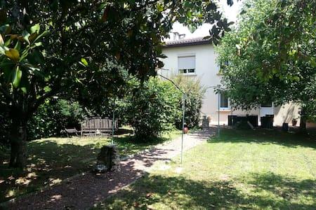 Chambre et pièce de vie dans une villa - Villeneuve-sur-Lot - Rumah