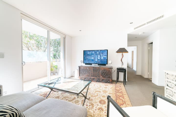 Modern Quiet Sunny Apt Central to Beaches