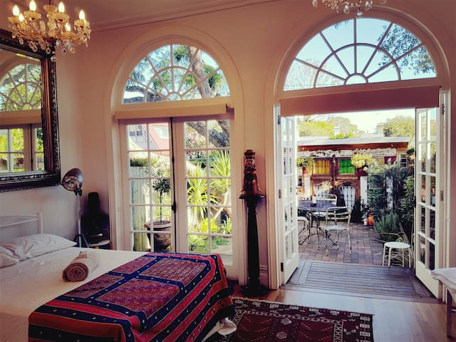 Funky large garden room in Newtown