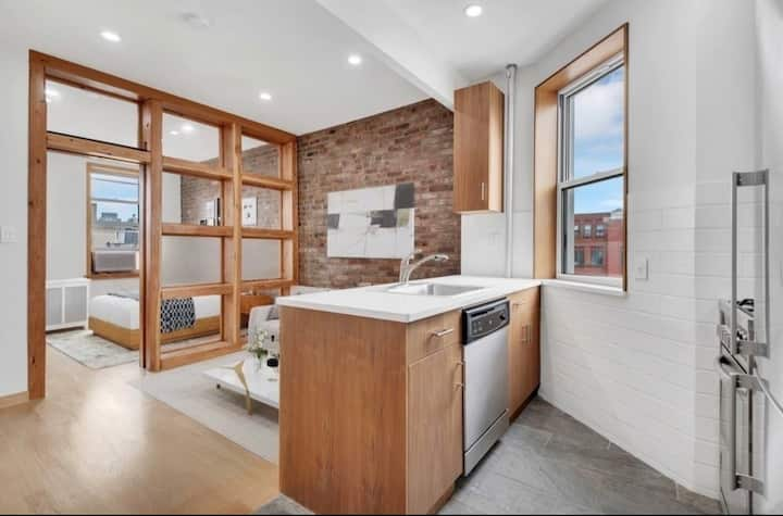 Clean, Comfortable & Stylish Downtown Apartment