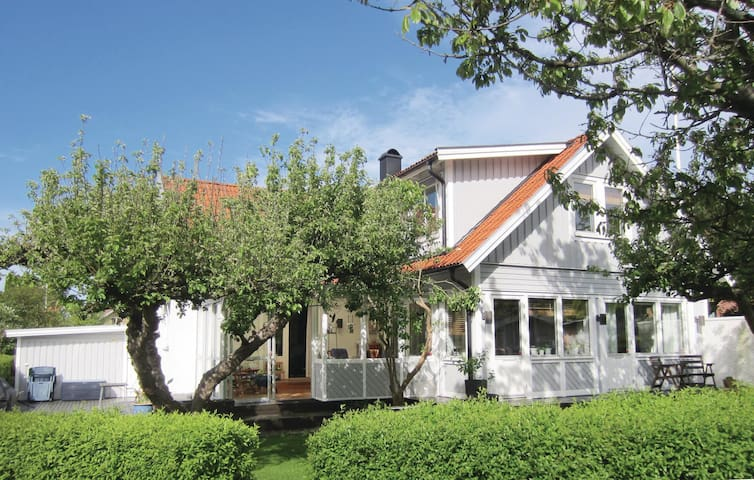 Holiday cottage with 3 bedrooms on 180m² in Västra Frölunda