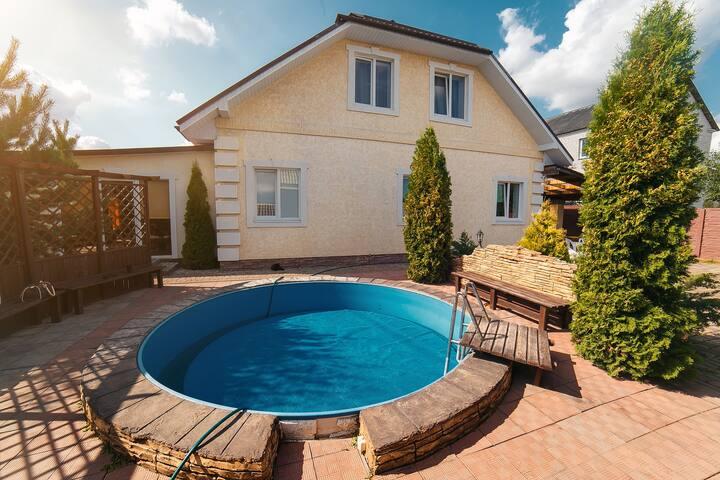Просторный дом с бассейном и баней
