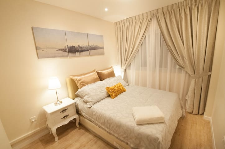★Enchanting City Fringe Queen Bedroom★