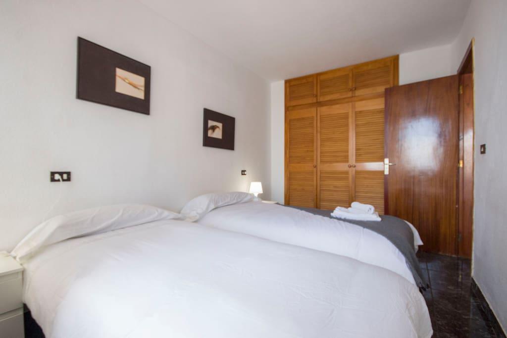 Amplios armarios para sentirte cómodo durante la estancia