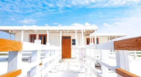 Uminchi Sea Side House  海まで徒歩1分 目の前が青い海と白い砂浜の白いお家