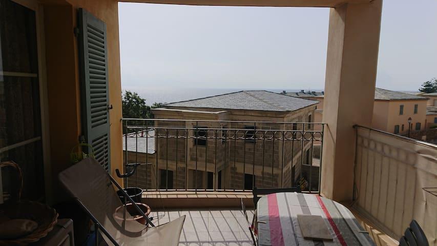 Appartement vue mer et montagne à  Erbalunga