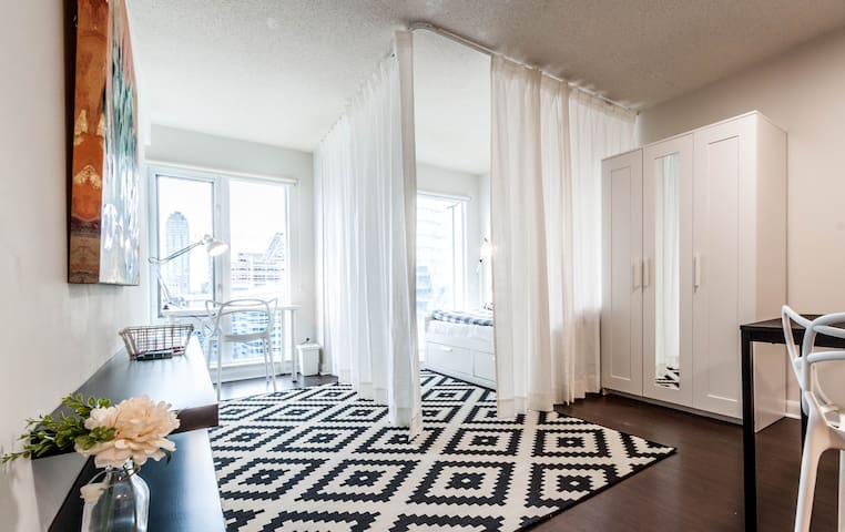 High-rise Condo in the Heart of Downtown Toronto