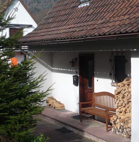 Schwarzwaldhäuschen im Grünen mit großem Garten - Bad Herrenalb - House