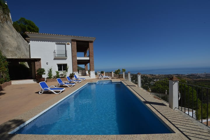 Stunning villa with panoramic views and pool