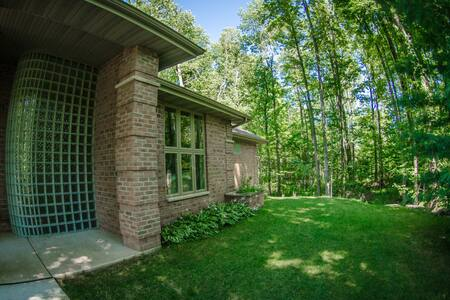 Views and Brews: Private 2 Bdrms/1 Bath-Entire L/L - Little Suamico