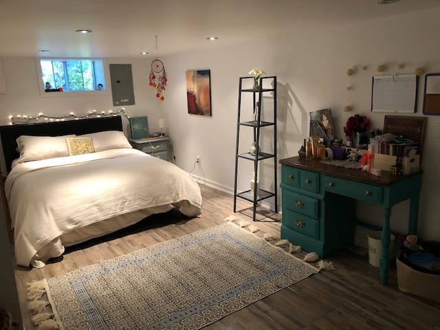 COMFORTABLE bedroom minutes from DOWNTOWN Mtl