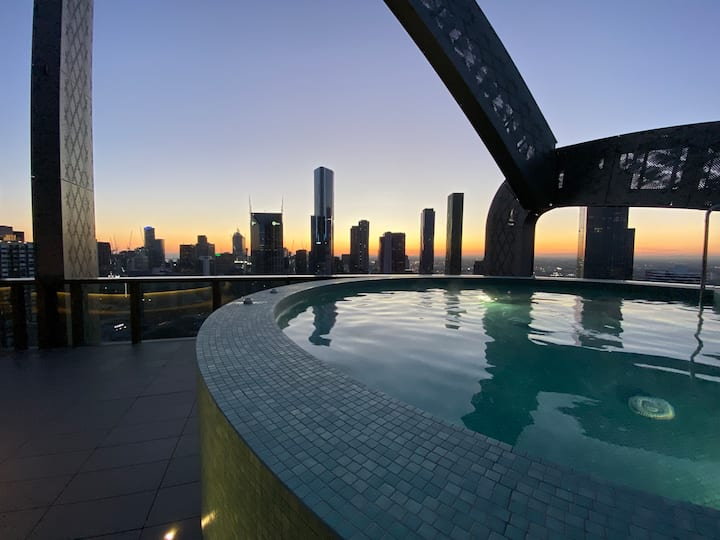 Modern light apartment, great views of Melbourne!