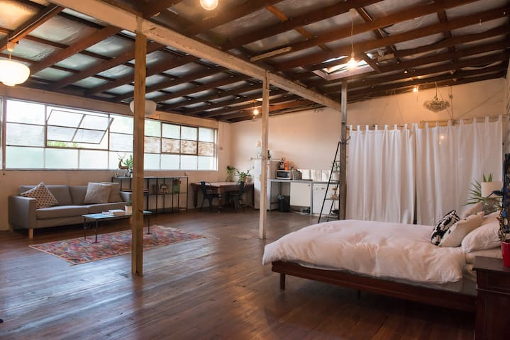 Light-filled Warehouse Loft Apartment near Newtown