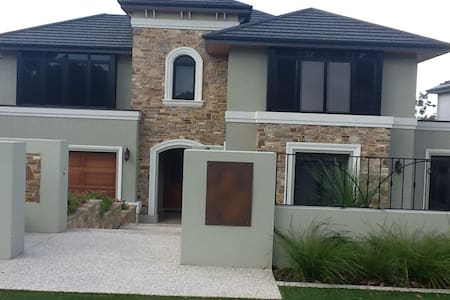 2 x large bedrooms & bathrooms - Floreat - Rumah