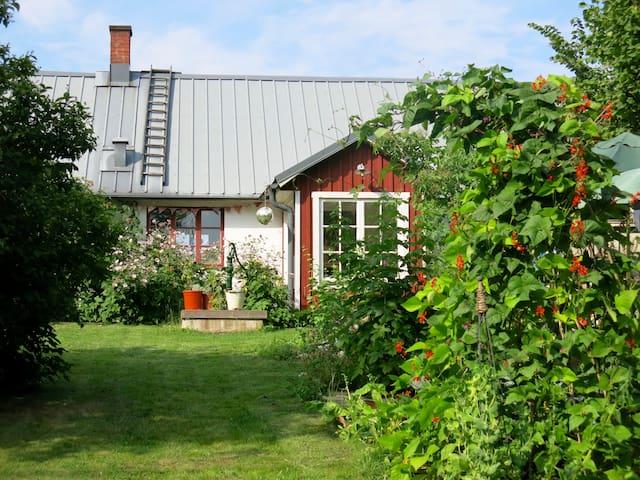Mysigt hus med trädgård och höns. - Sjöbo NO - Dom
