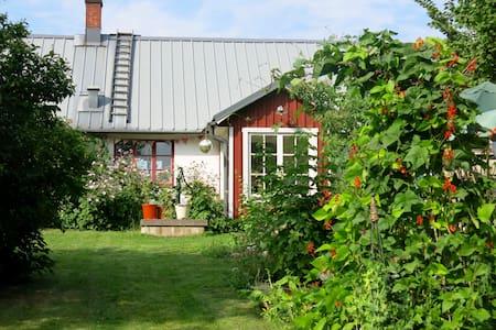 Mysigt hus med trädgård och höns. - Sjöbo NO