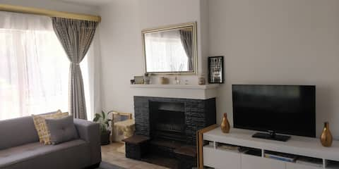 Sandton/Melrose Apartment Centrally located + WIFI
