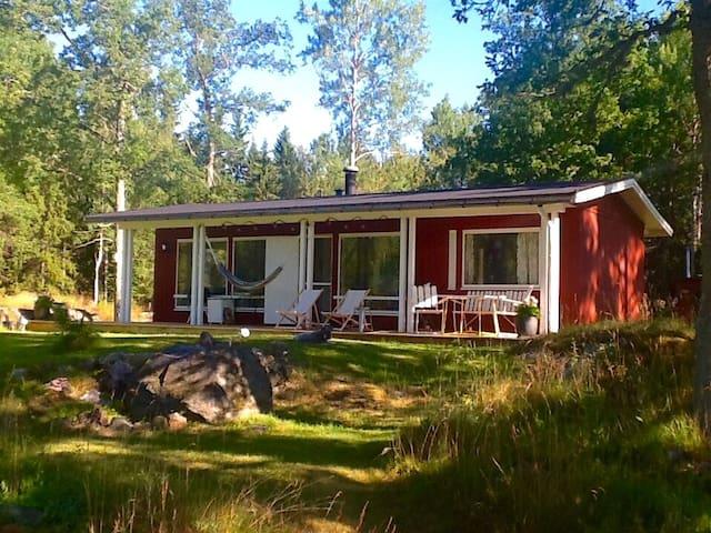 Rogivande sommarhus i norra Roslagen.