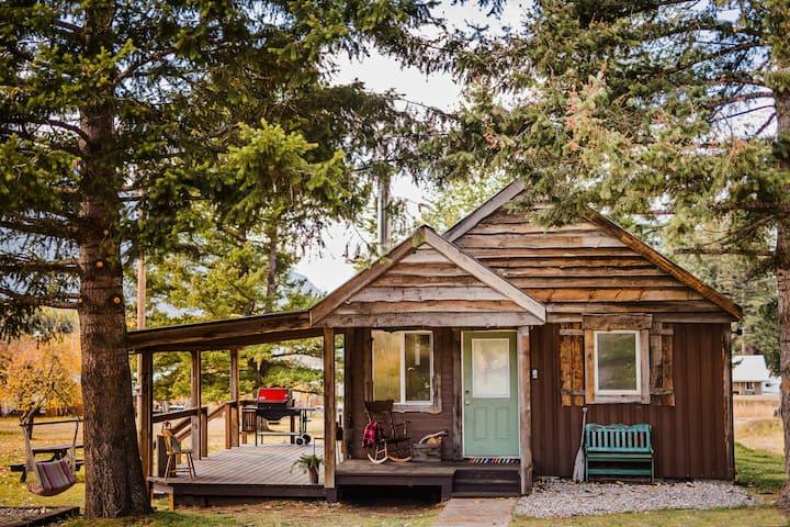 Cabin 9 miles from Glacier Park Entrance