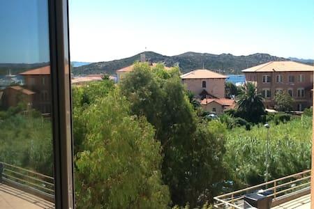 Bilocale centrale con vista mare per 2/4 persone - La Maddalena - Appartamento