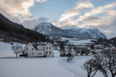 Fitjegarden, Ortnevik. Sognefjorden