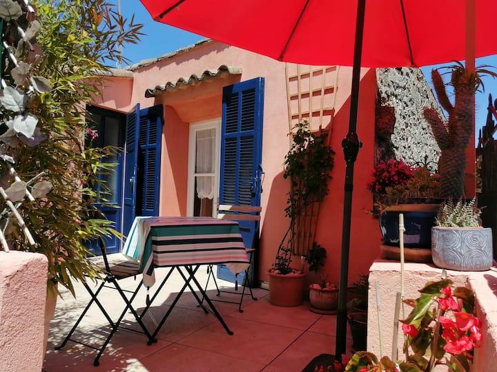 Logement cosy et terrasse dans maison de village