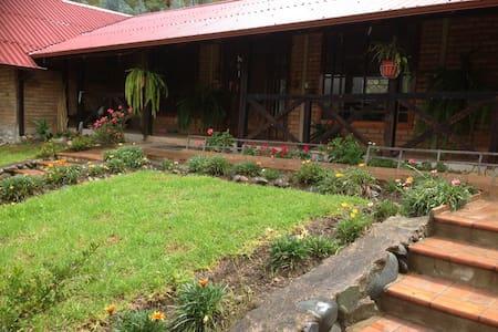 Habitación en casa de campo en Tomebamba Paute EC - Ház