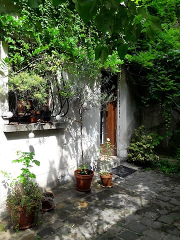 Little flat in Montmartre with its flowered yard