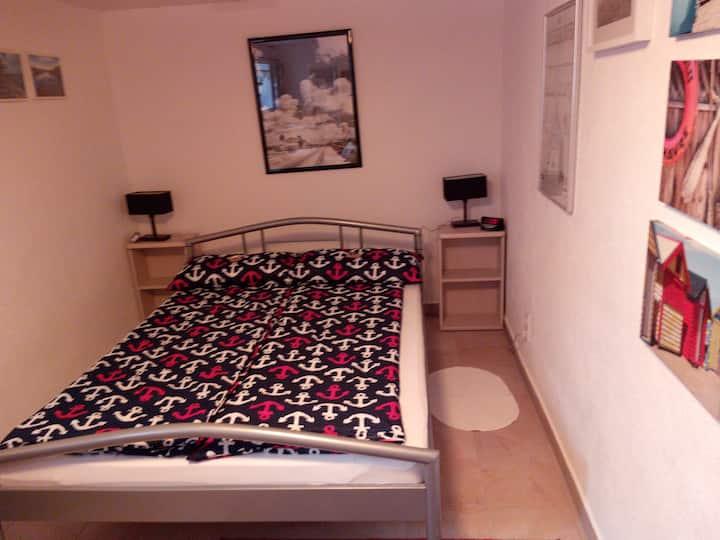 Gut gelegenes, praktisches und gemütliches Zimmer.